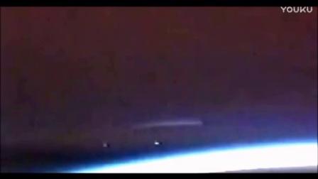 NASA刻意隐瞒外星人存在?直播惊现UFO航母+2艘小飞碟的图片