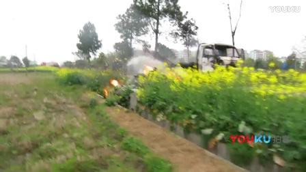 【拍客】农用三轮车突然起火 车上二十余只煤气罐被引燃