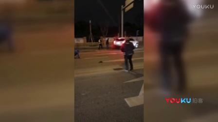 【拍客】成都一司机驾车冲撞交警检查卡点 致一死三伤