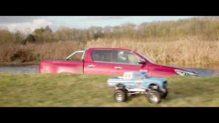 Tamiya Bruiser 挑战 Toyota Hilux 皮卡