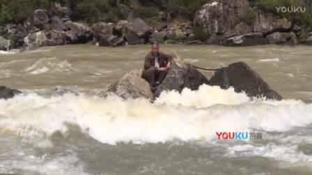【拍客】奇葩男子疑似电鱼遭遇上游放水被困江中 不等消防来救撒腿就跑