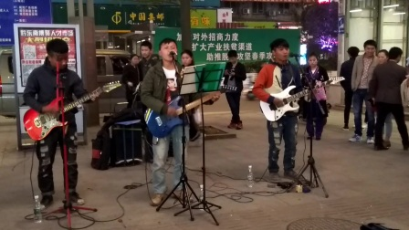《抗战二十年》街头弹唱