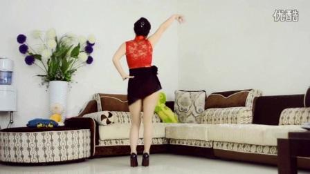 大姐身着短裙在自家客厅跳广场舞,别有一番风味