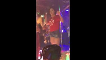 酒吧美女跳舞