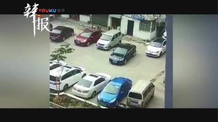 女司机倒车撞塌房子 一脚油门又撞飞前车