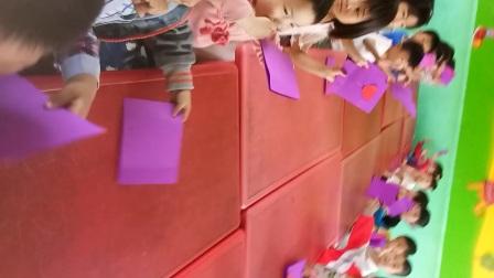 诚信幼儿园大班集体提前过母亲节,给远方的妈妈送去祝福,每人自己做了一个贺卡,写了自己想表达的话满满的感动?!