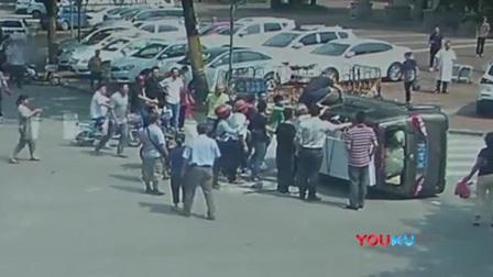 广东惠州一面包车发生侧翻事故 路人合力一分钟抬车救人