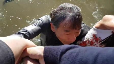 【怪咖搞笑】女孩坐码头边亲近海狮,突被咬住裙子拖下水