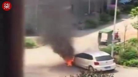 实拍上饶某小区Polo自燃 引发爆炸声后车头完全烧毁