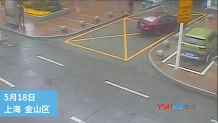 5年驾龄女司机街头乱撞 自称车辆不受控制