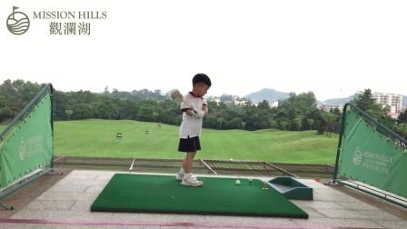 萌娃打高尔夫巨搞笑不信你看