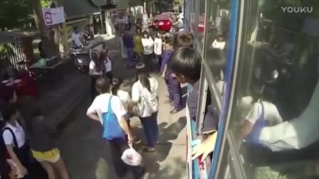 泰国女子公交车站施展超能力? 监控拍下无法