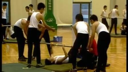 初三体育《单杠双脚蹬地翻身》教学视频,无锡