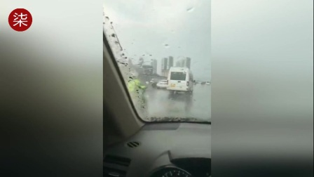 实拍男子开车过积水路面蓄意向交警溅水 已被公安机关查获