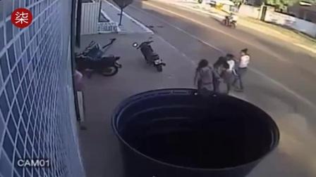 """监拍拖车""""脱钩""""高速冲向路边 瞬间撞飞4名路人"""