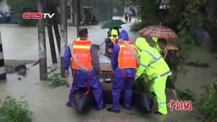 暴雨致湖北咸宁一乡村内涝 消防官兵转移被困人员