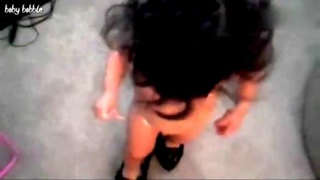 06 宝宝穿妈妈高跟鞋走秀-超级搞笑宝宝