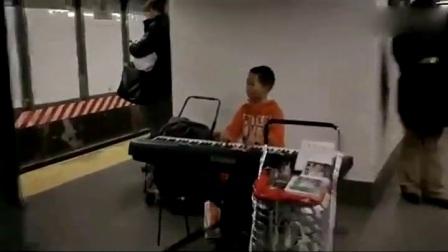 30 地铁华人小童展露高超琴技压路人(480P)超级搞