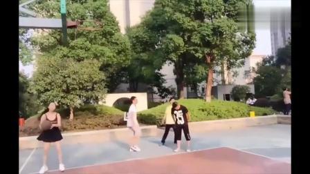 美女直播在野球场上打篮球, 球迷  突然就不会打球了