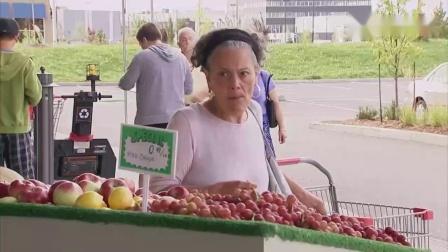 国外恶搞路人,路人吃一颗水果引来警察逮捕,
