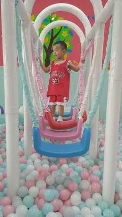 海洋球游乐园玩爬梯搞笑视频