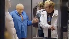 国外爆笑街头恶搞男子假扮模特道具电梯内,突