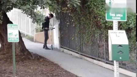 国外爆笑街头恶搞小偷踩上偷来的滑板车时被摔