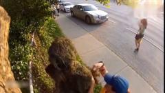 国外爆笑街头恶搞男子假扮绿植藏身草丛中,路