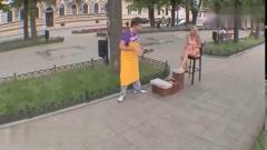 国外爆笑街头恶搞男子在路边帮路人擦鞋,结果