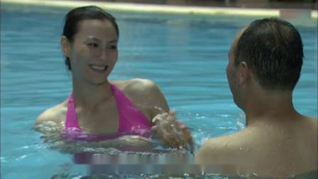 带泪梨花 33-普通话_超清美女和男子在水里玩耍,