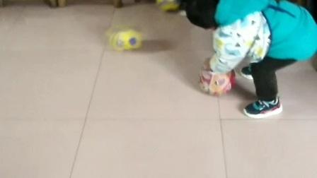 【拍客】两小宝边踢球边听音乐
