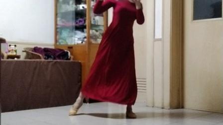 刚又重拍了这个舞,改换了服装。很喜欢这首古典音乐和这支团扇舞。