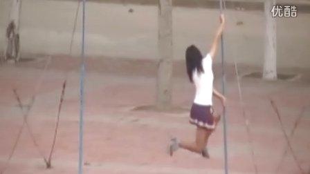 奔放美女大学生, 操场器械大秀钢管舞