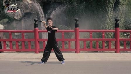 双节棍动作演示:跳跃式转身劈棍