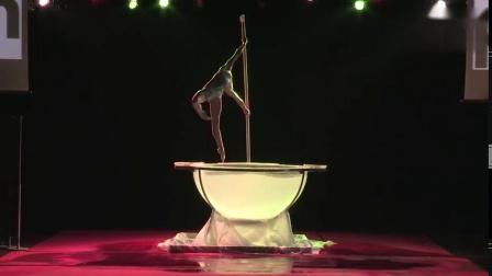 AdaOssola带来的一段融合waterbowl与钢管舞的舞蹈