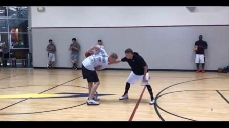 教授篮球单挑视频,球迷球技可以,最后比分10比11,教授险胜