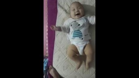 双胞胎小宝宝听到音乐,接下来的举动太可爱了