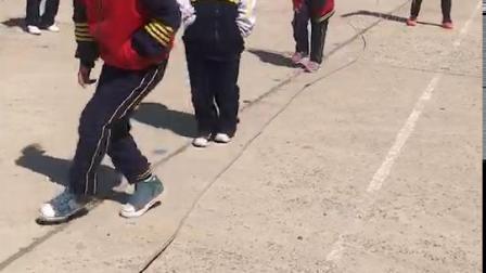 儿子上体育课跳绳