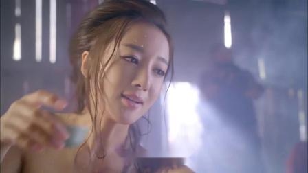 美女泡澡被一群大汉偷看,她毛巾一甩,十几个
