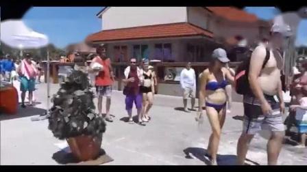 我在国外恶搞:男子假装花盆,路人从旁边过蒙