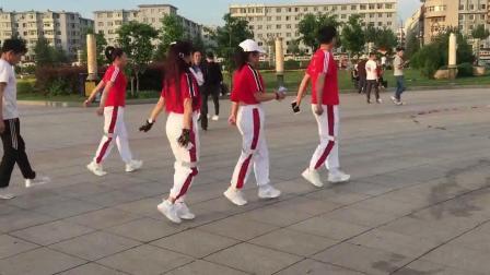 广场鬼步舞《牧羊姑娘》跟着动听的音乐跳一跳