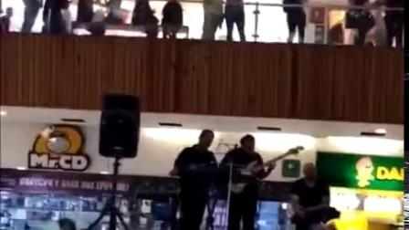 墨西哥一个商场楼层漏水了,结果现场乐队当即