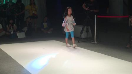 嗨皮 翁欣瑜  2017年10月参加(孩质)的时装周