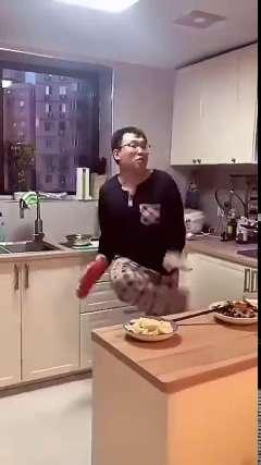 妻子拍下了他做家务的日常,这妖娆的身姿!