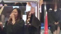 音乐系的同学上场,把毕业典礼开成演唱会,天