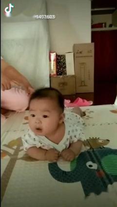 四个月宝宝做抬头训练不想出了搞笑画面