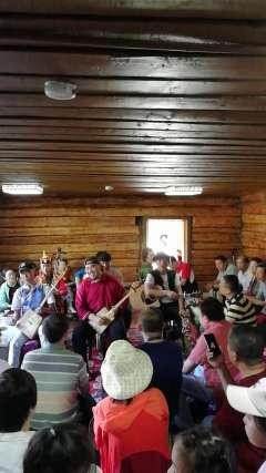 蒙古族图瓦人的原生音乐表演。
