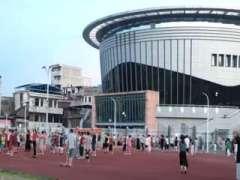 祁阳县体育馆晚上周边的居民前来散步、跳广场