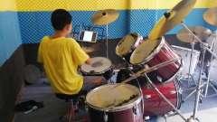 步行街超越音乐培训架子鼓《小蜜蜂》,表彦龙