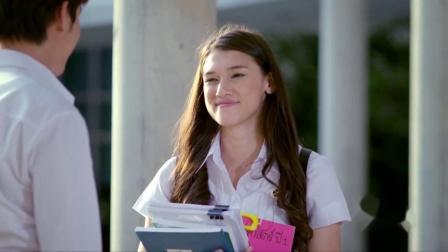 一吻定情:美女刚进大学就被恶搞,挂个牌子说是学长的约会对象,美